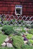 trädgårds- gammalt fönster för stuga royaltyfri foto