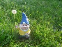 Trädgårds- gnom med att bevattna Arkivfoto