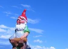 trädgårds- gnome som ser till vänster till Arkivfoton