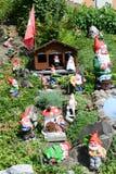Trädgårds- gnomer i en trädgård av ett hus på Engelberg Arkivfoton