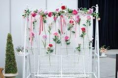 Trädgårds- gunga med blommor som garnering Arkivfoton