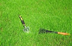 Trädgårds- hjälpmedel för gräsmattaomsorg Royaltyfri Fotografi