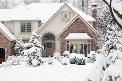 trädgårds- home snowfall arkivfoton