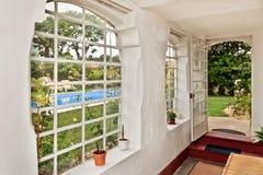 Trädgårds- hus med simbassängen arkivbild