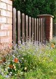 trädgårds- idylliskt för staket Arkivbild