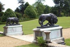 Trädgårds- ingång med bronsstatyer av lejon och ormar Royaltyfria Bilder