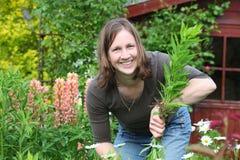 trädgårds- kvinnaarbeten Royaltyfria Bilder