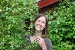trädgårds- kvinnaarbeten Fotografering för Bildbyråer