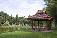 trädgårds- lakepavillion Royaltyfri Foto