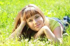 trädgårds- ligga för flicka royaltyfria foton