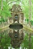 trädgårds- luxembourg för springbrunn medici royaltyfria foton
