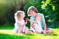 trädgårds- lyckliga ungar Arkivbilder