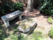 Trädgårds- möblemang för sten royaltyfri bild
