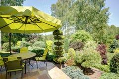 Trädgårds- möblemang och paraply Royaltyfria Bilder
