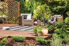 Trädgårds- möblemang på terrass arkivfoto