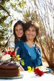 trädgårds- moderdeltagare för daugter Royaltyfri Fotografi