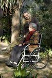 trädgårds- moderverticalkvinna fotografering för bildbyråer