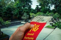 Trädgårds- och rött kuvert för kinesisk bonsai eller hong bao under kinesiskt nytt år i Kina och Taiwan Arkivbild