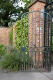 Trädgårds- port för attraktiv smidesjärn Arkivbild