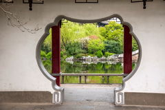 Trädgårds- port och fönster av den Liyuan trädgården in Arkivfoton