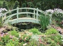 trädgårds- regnbåge för bro royaltyfri bild