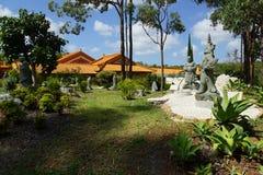 Trädgårds- sikt på en buddistisk tempel Arkivfoton