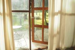 Trädgårds- sikt till och med dörren Arkivbilder