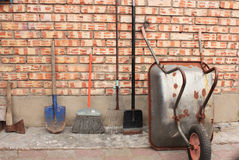 Trädgårds- skottkärra och trädgårds- hjälpmedel Arkivbild