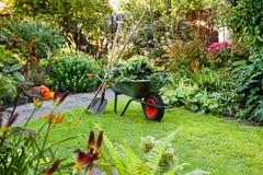trädgårds- skottkärraworking royaltyfria bilder
