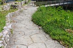 Trädgårds- stenbana royaltyfri foto