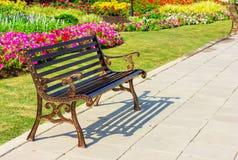 Trädgårds- stol för metall på trädgård Arkivfoton