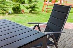 Trädgårds- stol och tabell Arkivfoto