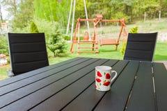 Trädgårds- stol och tabell Royaltyfri Fotografi