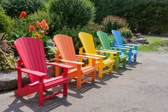 Trädgårds- stolar av olika färger royaltyfri bild