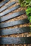 Trädgårds- struktur som göras ut ur återvinner järnväg längsgående stödbjälke Arkivfoton