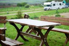 Trädgårds- tabell med husvagnen arkivbild
