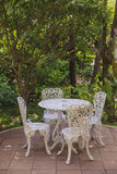 Trädgårds- tabell och stolar Royaltyfri Fotografi