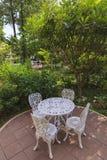 Trädgårds- tabell och stolar Arkivfoto