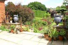 Trädgårds- trappa med tappningurnor och blomkrukor eller vaser Arkivbild
