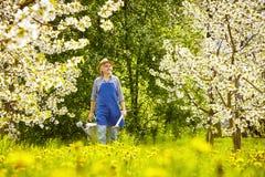Trädgårds- utrustning som bevattnar kan trädgårdsmästaren Royaltyfria Bilder