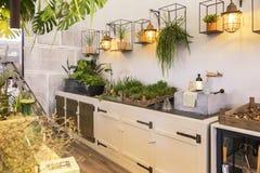Trädgårds- utrymme i hem- terrass fotografering för bildbyråer