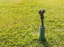 Trädgårds- vattenklapp i ett gräsfält Royaltyfri Fotografi