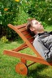 trädgårds- vila för man royaltyfri foto