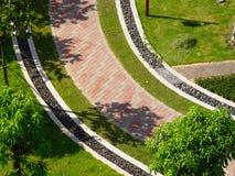 Trädgårds- walkway royaltyfria bilder