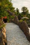 Trädgårds- yttre design - stenbro royaltyfri fotografi