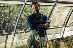 Trädgårdsmästare i ett växthus Fotografering för Bildbyråer