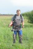 Trädgårdsmästare med gräsmattabeskäraren Fotografering för Bildbyråer