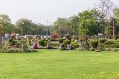 Trädgårdsmästare nära markisen nära den Indien porten, Delhi arkivbild