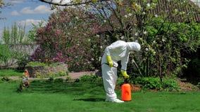Trädgårdsmästare som arbetar med pumpsprejaren i gården lager videofilmer