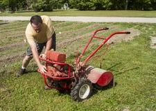 Trädgårdsmästare Trying To Start en äldre trädgårds- rorkult Arkivbild